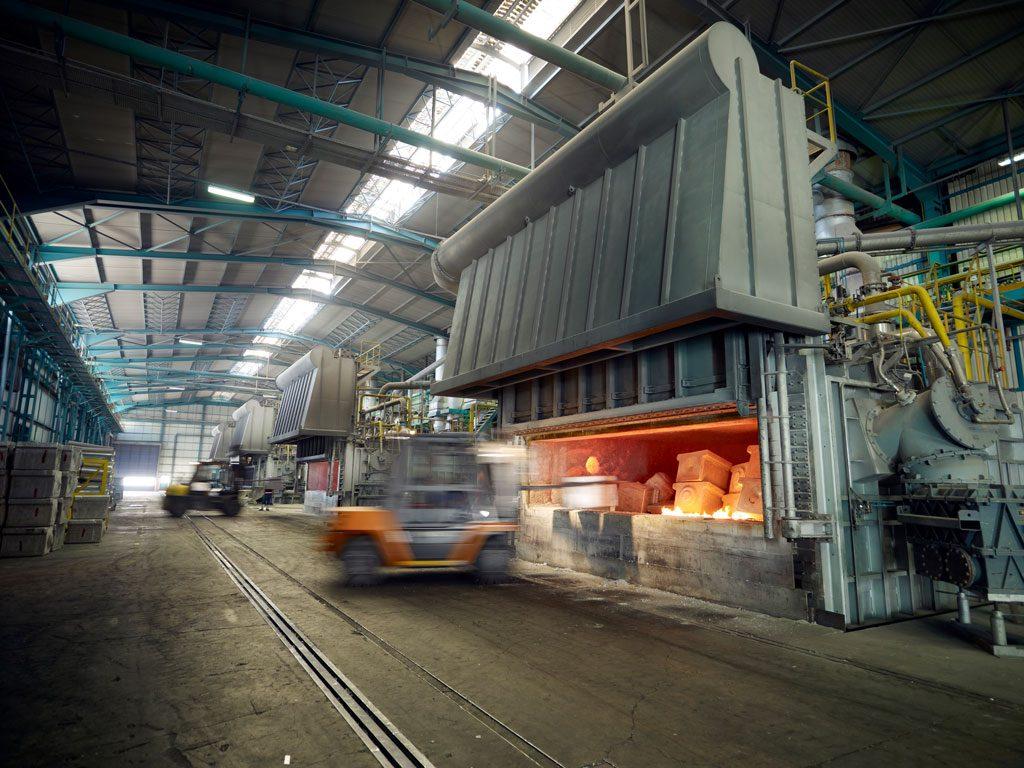 800 Grad heißes Aluminium läuft aus